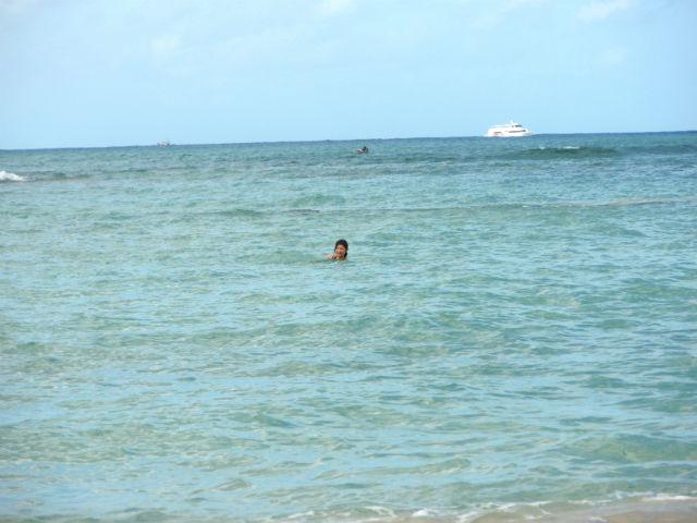 ワイキキの海で泳ぐ妻