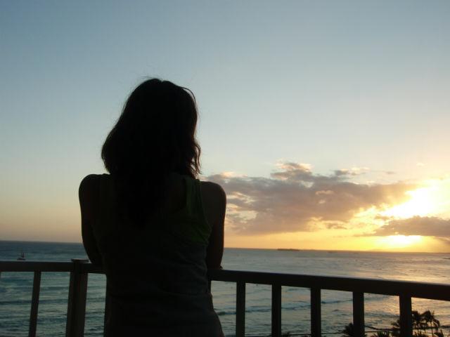 ハワイの夕日と奥さん