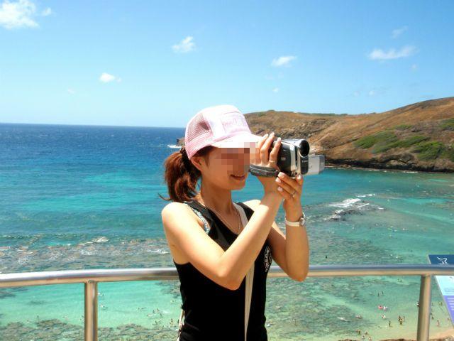 ハワイ ハナウマ湾でカメラと撮る奥さん