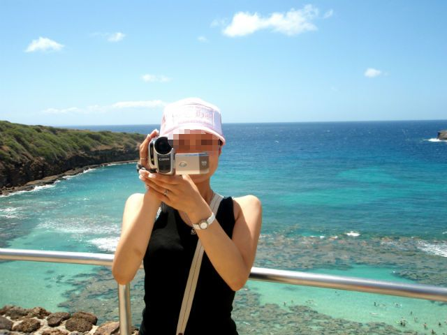 ハワイ ハナウマ湾でカメラをカメラに向ける奥さん