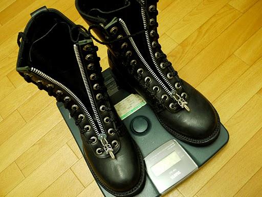 クロムハーツのブーツを乗せたタニタの体重計