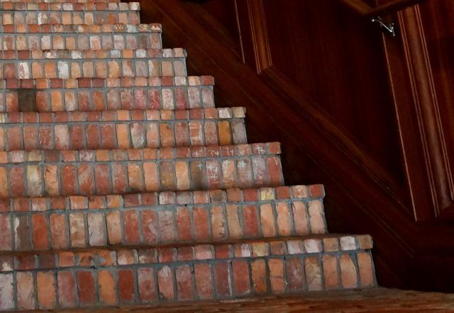 CHROME HEARTS OSAKAの階段に落書き