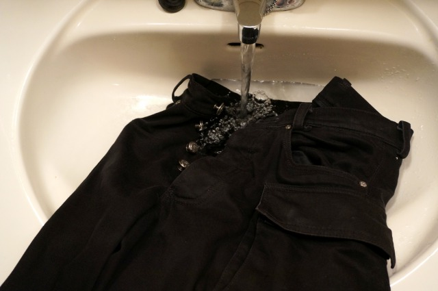 クロムハーツのデニムを洗面台で洗う