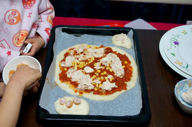 ピザ生地にツナとトウモロコシ