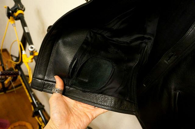 クロムハーツのハンティングジャケットの上着が擦れて破れていた。