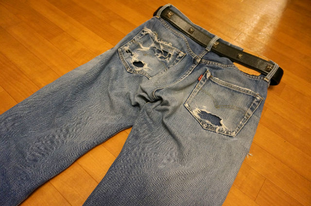 リーバイスのジーンズを後ろ