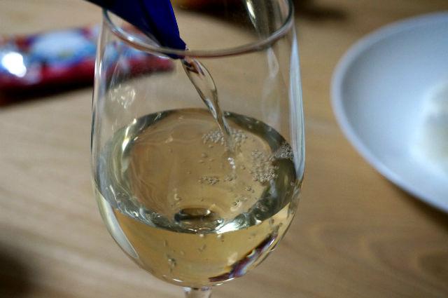 ワイングラスに注がれるワイン