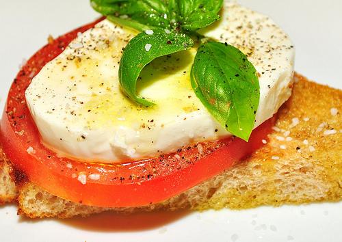トマトとモッツァレラチーズをフランスパンに乗せオリーブオイルをかける