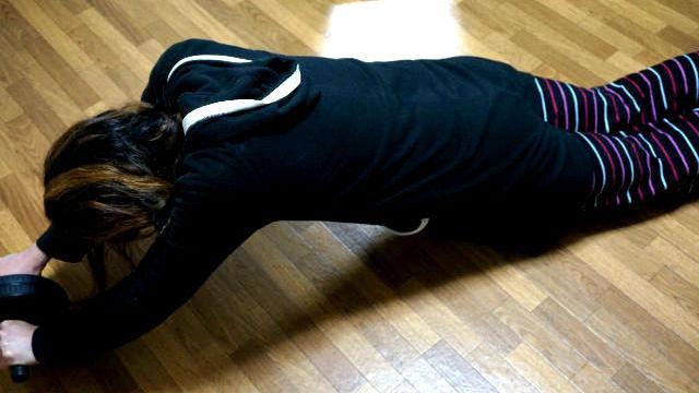 腹筋ローラーで膝コロをしている女子