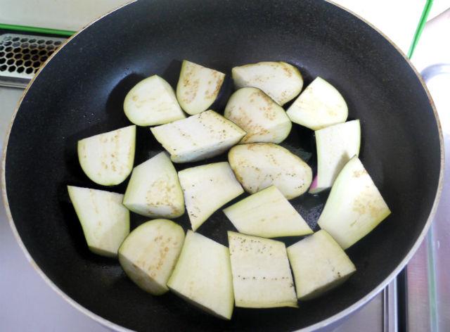 茄子を炒める