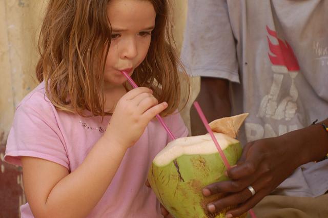 ココナッツを飲む女の子