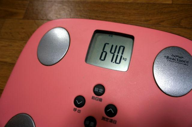 体重計64kg