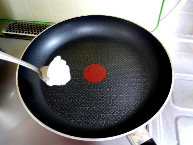 ココナッツオイルをフライパンに敷く