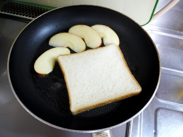 食パンとリンゴ