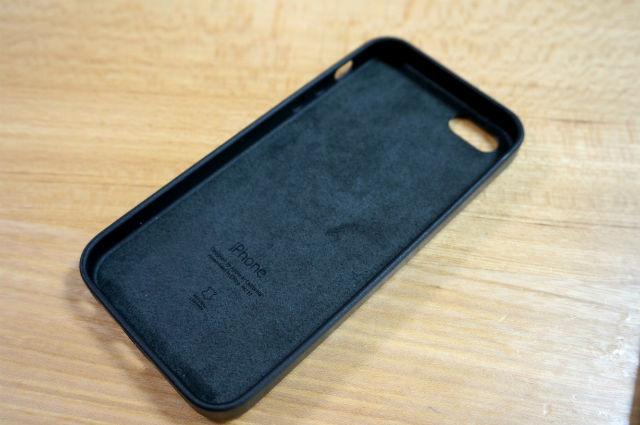 iPhone SE レザーケースの裏側にあるマイクロファイバー