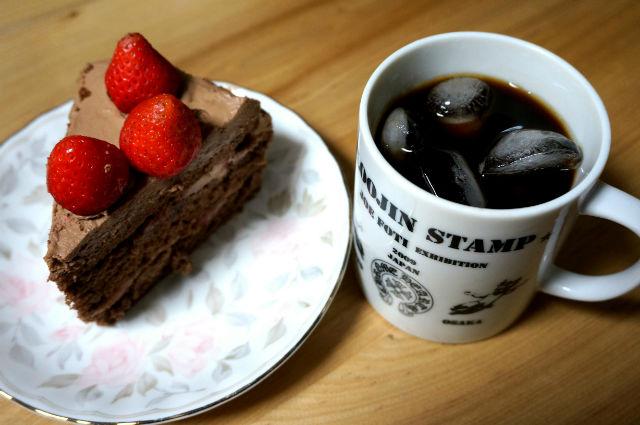 チョコレートケーキとクロムハーツのマグカップ