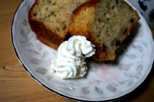 バナナケーキにホイップクリーム