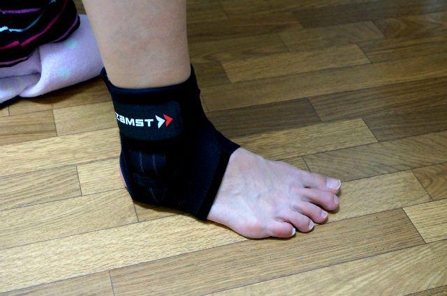 ZAMST(ザムスト)のサポーターを着けた妻の足首