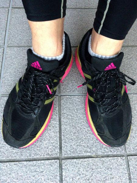 adidasのスニーカーを履いた足