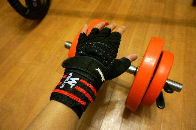 リストラップとトレーニンググローブ