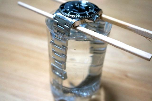 水の入ったペットボトルに時計を入れる