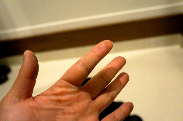 BEE SEAL PLUSがついた指
